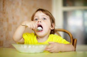 ヨーグルトを食べる子供