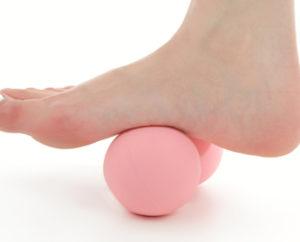 足裏にピーナッツストレッチボール
