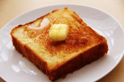 パンにバター
