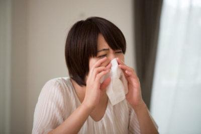花粉症に悩まされる人